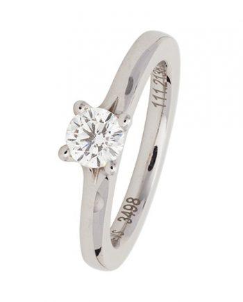 Een 18 karaat witgouden verlovingsring (solitaire model) met een briljant geslepen diamant van 0.50 ct. van het merk Meister. Model 112.2138