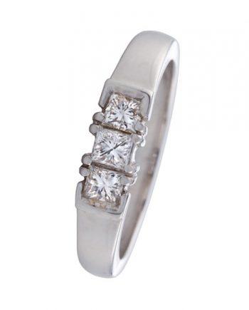 Een 18 karaat witgouden verlovingsring (alliance model) met 3 princes geslepen diamanten. Model Goud1