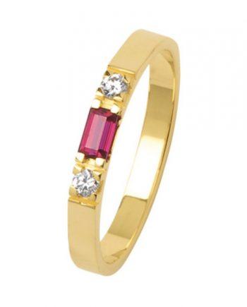 geelgouden alliance ring met een baguette geslepen robijn en twee briljanten van 0,03 ct. Merk Eclat, model 1014
